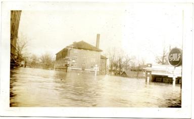 Broadway Street in midtown Paducah during '37 flood.
