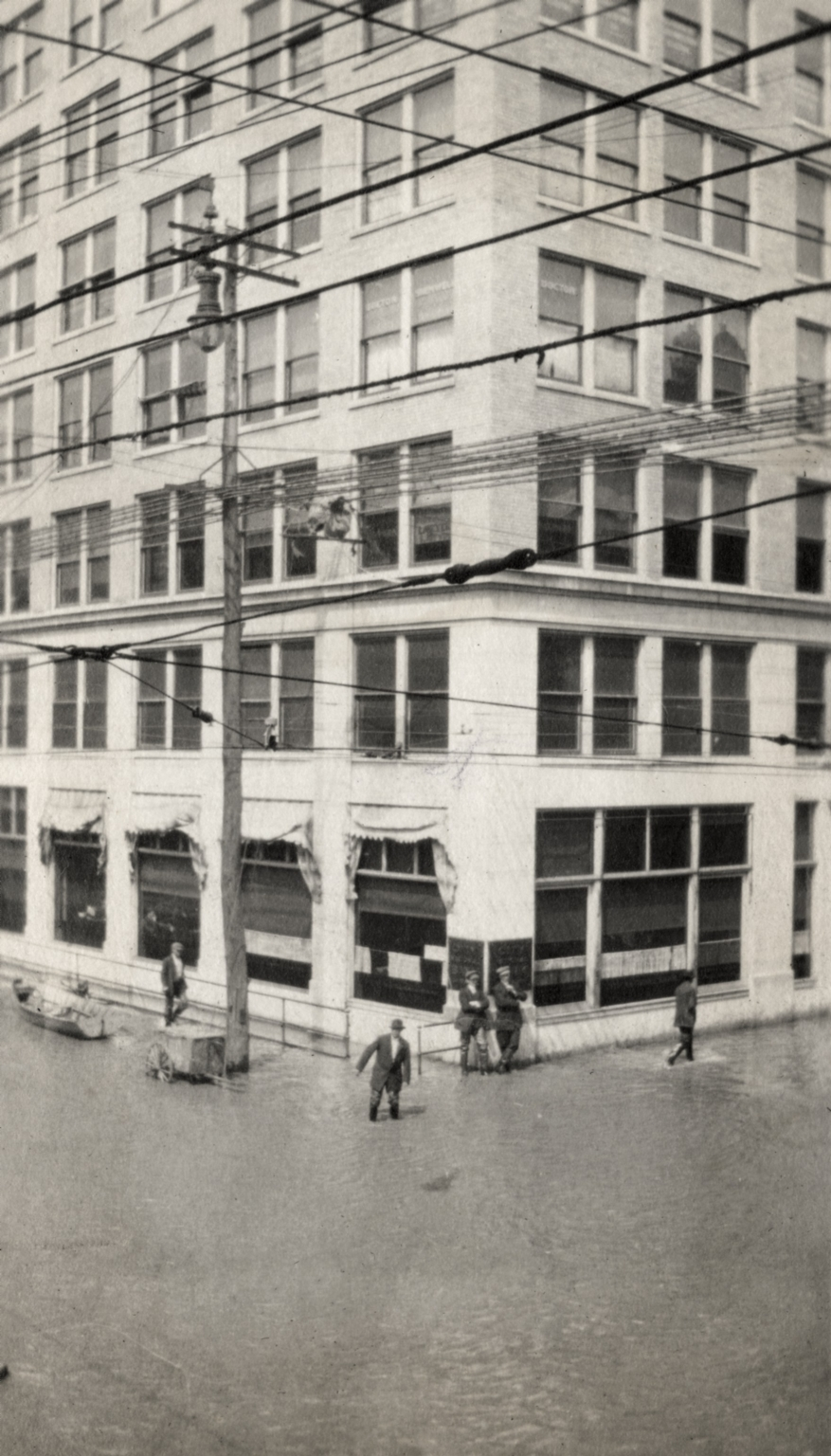 View of Citizens Bank building at Broadway and 4th Street during April 1913 flood